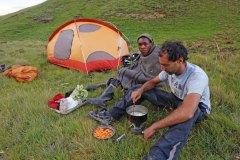 Μαγειρεύοντας τραχανά σε βοσκό του Λεσότο.